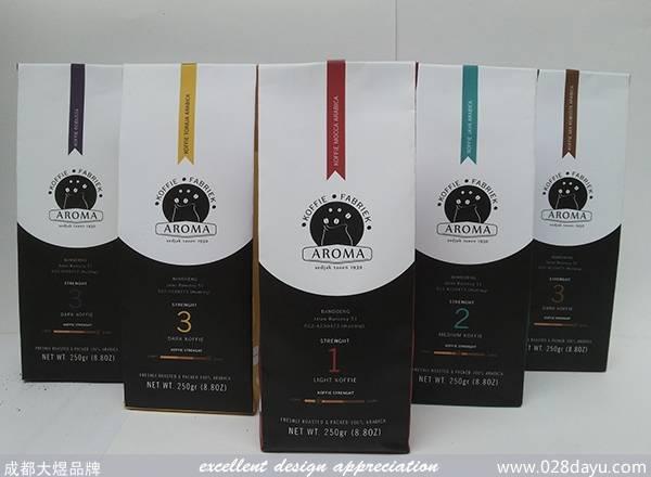 一款国外的咖啡豆外包装设计,设计师采用简洁设计风格,正面采用黑白分版排列层次分明布局合理,两侧搭配别致的插画,背面为产品信息。包装采用高档牛皮纸易突出产品的品质,外观漂亮,5款同系列的颜色各具特点。 原文地址: