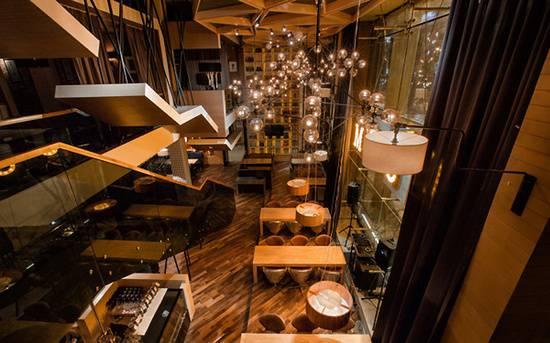 Mojo 咖啡廳位于哈薩克斯坦的阿斯塔納,咖啡廳里的吊燈從上往下看好像一個個小的氣泡,又像放飛的許多孔明燈,看上去非常美觀。咖啡廳布局設計的非常合理,分為上下兩層,使咖啡廳內能夠容納更多的人,圓形的吊燈散發出白色的燈光,讓人感覺到非常的溫馨。
